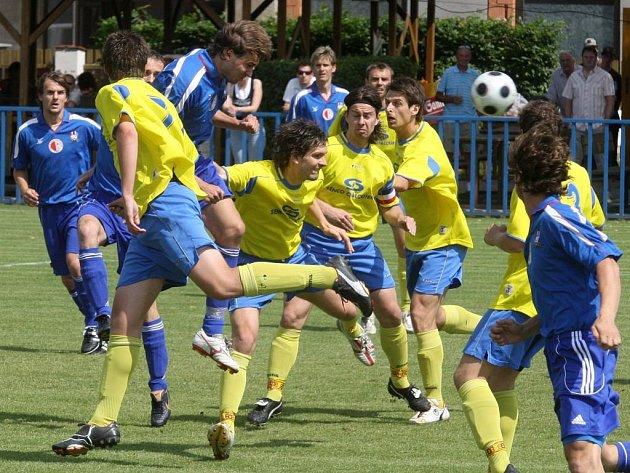 Na lednovém turnaji na umělé trávě plzeňského Senca se představí také fotbalisté domácí Doubravky (ve světlém) a vejprnické Slavie