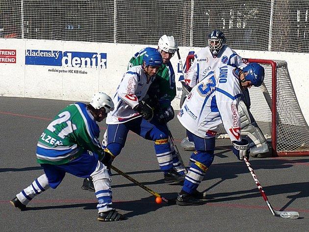 Plzeňský útočník Adam Roušal (s číslem 21) střílí v sobotním utkání hokejbalové extraligy na branku Kladna.