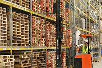Palety v halách logistické společnosti SGL.