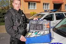 Artur Tereščenko ukazuje záchranářský kufr, který s kolegou použili při ošetření zraněné ženy