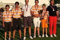 Mladí golfisté z Dýšiny obhájili na mistrovství republiky druhé místo. Na snímku zleva: Lukáš Janda, Kryštof Strýček, Filip Ráža, Matyáš Trůka, Dan Hlaváček a kapitán Jiří Janda.