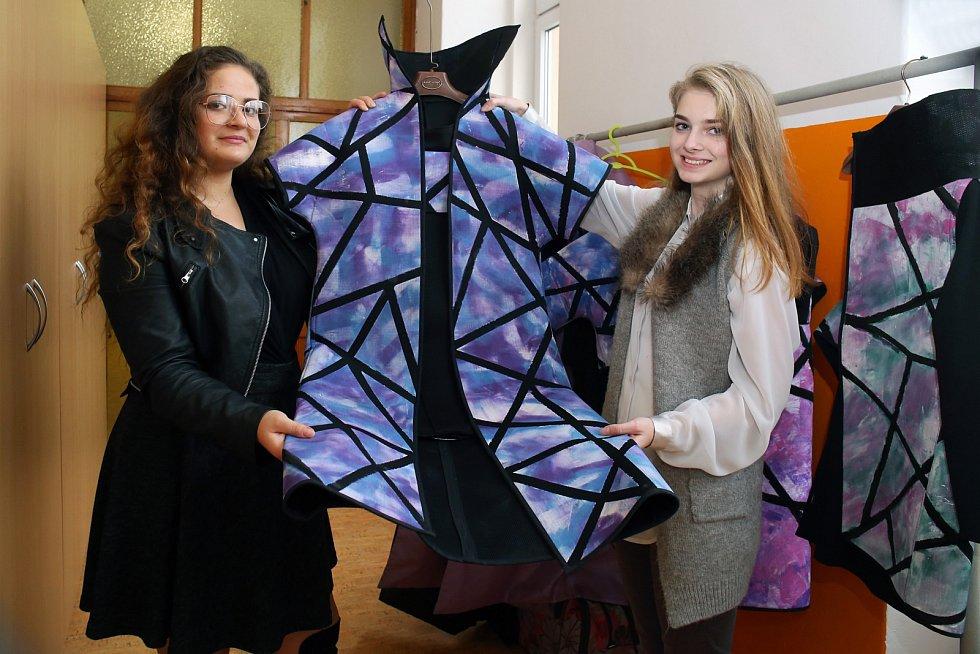 Eliška Stauberová a Kristina  Zíková z plzeňské Integrované střední školy živnostenské vybojovaly v Jihlavě druhé místo v soutěži Mladý módní tvůrce ČR.