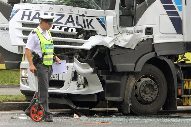 Nehoda tří kamionů v Plzni na Rokycanské třídě