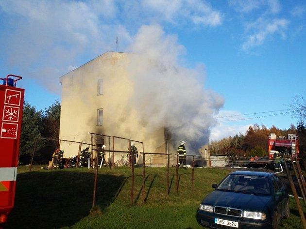 Požár bytového domu v Kokořově