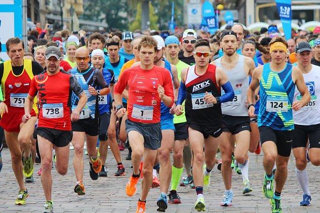 Hlavní závod akce Škoda FIT - plzeňský půlmaraton se běžel napříč Plzní.
