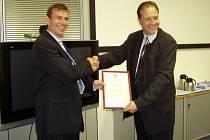 Ředitel Škody Electric Jaromír Šilhánek přebírá certifikát od ředitele Det Norske Veritas CZ Viktora Šarocha