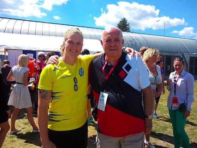 Na sobotním titulu diskařky Elišky Staňkové má svůj díl zásluhy také trenér Jiří Henžlík, který se jí v jejích začátcích věnoval. Po vítězném závodě v Plzni se spolu vyfotili.