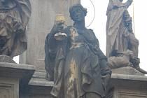 Svatá Barbora drží v ruce zlatý kalich svátosti oltářní.