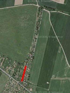 Úsek sporné cesty je na mapě převzaté z internetového serveru mapy.cz vyznačen červeně. V horní části snímku jsou čtyři další přístupové cesty, a to ze směru od Skvrňan, z Jíkalky, z Radčic a z Křimic