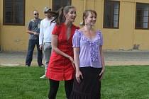 Na včerejší zkoušce Shakespearovy hry Marná lásky snaha se včera v prostoru za hotelem Mariott představily i herečky Jana Bernášková (v popředí vlevo) a Lenka Ouhrabková