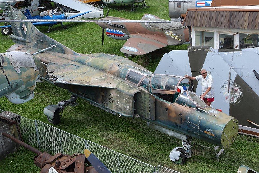 Tato verze má dvoumístnou kabinu a sloužila pro výcvik pilotů, nicméně po vyzbrojení byla plně bojeschopným letounem.