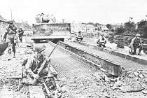 Američané na cestě k St. Lo museli zdolat odpor Němců v městečku Airel. Jednotky na snímku zajišťují zdejší most