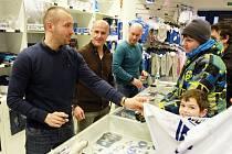 V prodavače se v pondělí v klubovém fanshopu proměnili trenéři a šéfové Indiánů, zleva Ladislav Čihák, Martin Straka a Tomáš Vlasák.