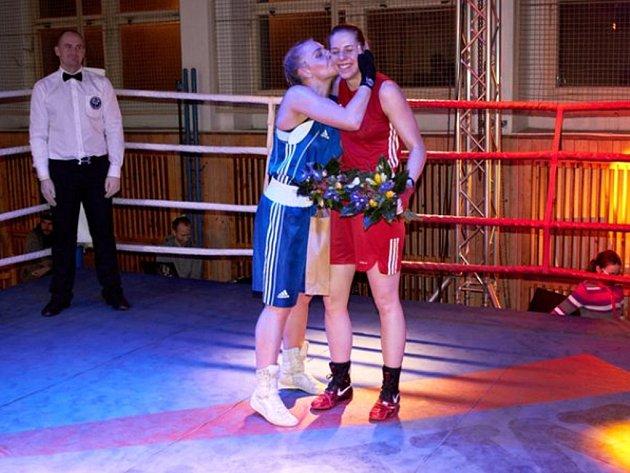 Netradičně blahopřála k vítězství své přemožitelce Martině Schmoranzové (vpravo) její litevská soupeřka.