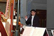 Indický dirigent Debashish Chaudhuri s plzeňskými filharmoniky. Společně vystoupí na zítřejším mimořádném koncertě v Měšťanské besedě v Plzni