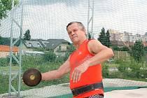 Jaromír Frič byl vrcholovým atletem bývalého Československa. Startoval na mistrovství Evropy 1978 v Praze. Závodí dodnes, na snímku trénuje hod diskem.