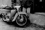 Dobový snímek dnes historického motocyklu, který byl odcizen.