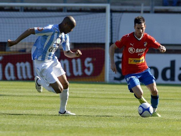 Milan Petržela z Viktorie Plzeň (vpravo) uniká domácímu Sylvestremu v nedělním utkání první Gambrinus ligy v Mladé Boleslavi.