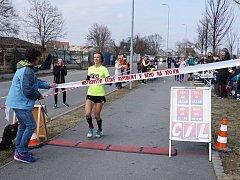 Radka Churaňová probíhá cílem mistrovského závodu na 100 kilometrů v Plzni. Titul si vybojovala v novém české rekordu 7:22:16 hodiny.