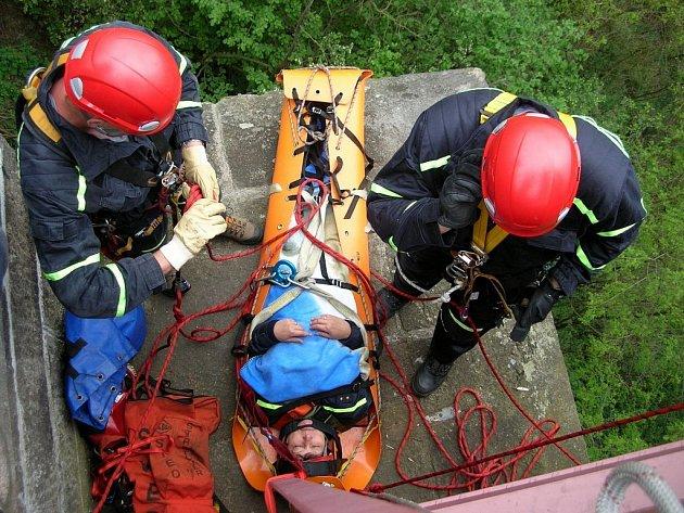 Cvičení hasičů na mostu v Chrástu