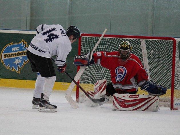 V souboji o páté místo prohráli hráči pořádajícího týmu HC Pilsfans 2OO9 (v bílém) se soupeřem z Klatov až po samostatných nájezdech