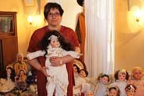 Jana Pechmannová třímá v rukou jednu ze svých mnoha panenek během výstavy na zámku v Rochlově