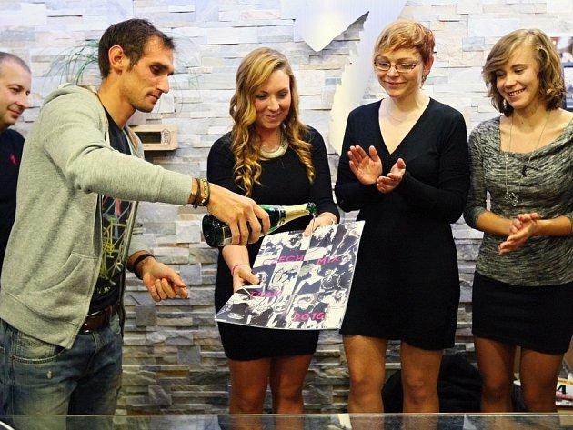 Český reprezentant  Roman Kreuziger stihl při návštěvě v Plzni pokřtít nový kalendář  ženského Czech Mix Teamu.
