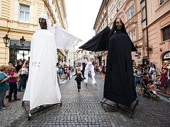 Čtyřmetrové loutky andělů budou v sobotu součástí průvodů, které kolem půl šesté večer dorazí na náměstí Republiky. Speciálně pro Plzeň vzniknou i dvě loutky svítící
