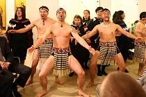 Maorský obřad vítání mrtvých Kawemate v plzeňských Masných krámech