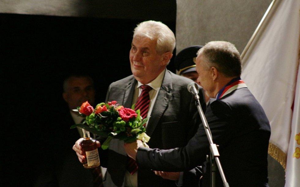 V Konstantinových Lázních dostal prezident sochu Šviháka lázeňského ve zmenšené keramické podobě, pamětní list, lázeňský likér a láhev Prusíkova pramene.