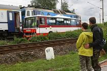 Nehoda autobusu a vlaku na železničním přejezdu v Chrástu