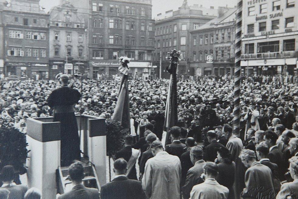 Zaplněné plzeňské náměstí vítá Josefa Berana při jeho první návštěvě ve funkci arcibiskupa, tj. v roce 1946.