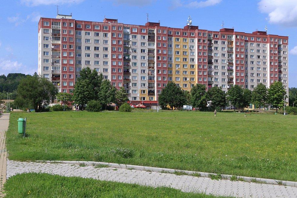Upravený trávník prostranství v Sedlecké ulici na sídlišti Vinice.