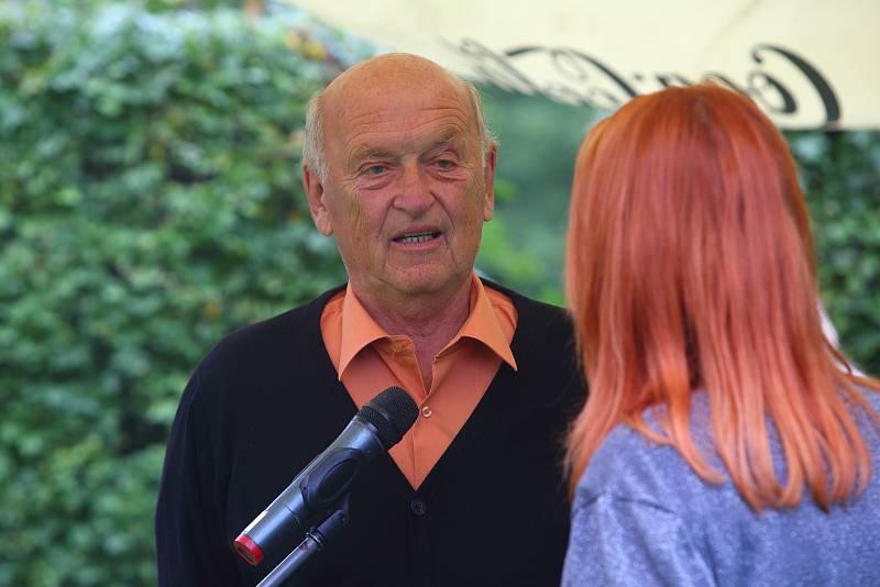 Vyznamenání za statečnost hejtmankou Plzeňského kraje Ilonou Mauritzovou. Na snímku Pavel Syrový