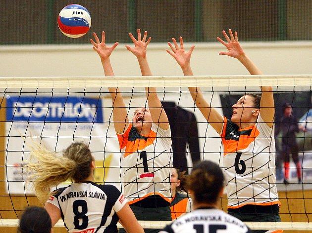 VÝBORNÝ VÝKON zejména v prvním duelu s Moravskou Slavií Brno předvedly plzeňské volejbalistky. Na snímku blokují útok hostů Kateřina Kotlárová a Tereza Vinklerová (zleva za sítí).
