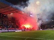 Použití pyrotechniky i ze strany fanoušků FC Viktoria.