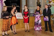 Šek na 300 tisíc korun byl slavnostně předán na Plese sociálních služeb, který je v plzeňském kraji již tradiční akcí.