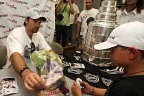 Hokejista Petr Sýkora přivezl hokejový Stanley cup do Plzně. O jeho prohlídku a autogramiádu známého hokejisty byl v prodejně počítačů na Americké třídě obrovský zájem.