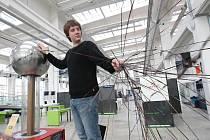 Student Akademie výtvarných umění v Praze Róbert Palúch si byl včera v plzeňském science centru Techmania prohlédnout van de Graaffův generátor. Přístroj chce zapracovat do své diplomové práce