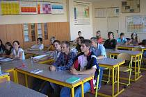 Nově zrekonstruovanou učebnu chemie, fyziky a přírodopisu v Základní škole Kaznějov si v pondělí vyzkoušeli deváťáci