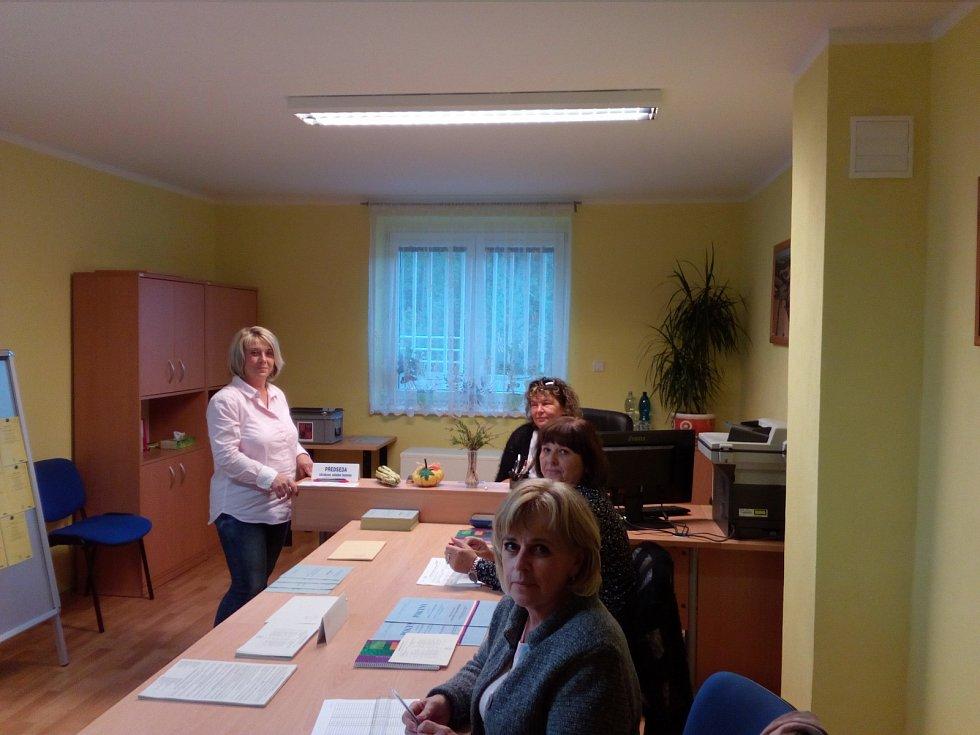 Volební místnost v Čeminech na severním Plzeňsku.