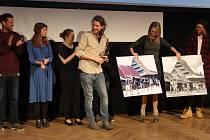 Slavnostní zahájení festivalu patřilo klukům z Plas. Tak si říkají cestovatelé Tomáš Vaňourek (na prvním snímku vlevo) a Lukáš Socha (druhý zleva), kteří se loni vypravili po Asii ve stopách slavné dvojice Hanzelka Zikmund. O jejich putování byl natočen s
