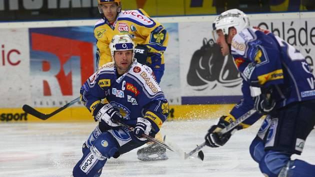 Kapitán hokejistů Lasselsbergeru Martin Straka (uprostřed) byl ve včerejším extraligovém duelu Plzně se Zlínem jediným střelcem domácích. Ti nakonec podlehli  Moravanům 1:2