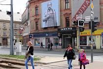 Na domu na Palackého náměstí se v pondělí objevil plakát satirizující prezidenta Putina