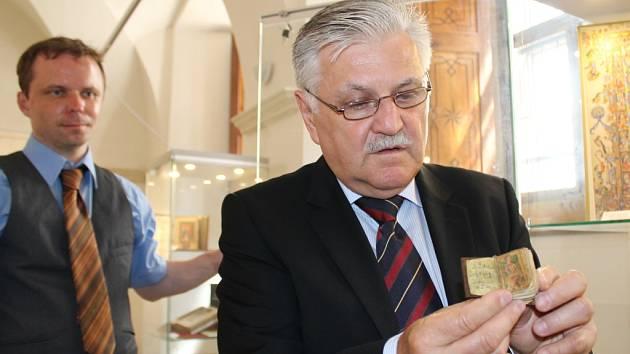 Jan Kocisek z firmy ADEVA ukazuje jeden z exponátů, který je k vidění v Muzeu církevního umění plzeňské diecéze. Jde o faksimile kolibřího rukopisu – Žaltář sv. Ruperta, který pochází ze severní Francie z 9. století.