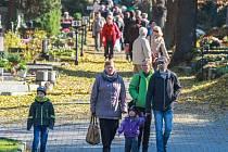 O víkendu zamířily na Ústřední hřbitov Plzeň tisíce lidí. Mnozí z návštěvníků v rukou nesli věnec nebo smuteční vazbu, kterou položili na hrob svých blízkých a zapálili zde svíčku