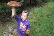 Houba byla skoro větší než Esterka! napsal nám čtenář Petr Škabrada. V lesích u Radnic řádily babička Jarmila Škabradová ze Zruče-Sence a její vnučka Esterka