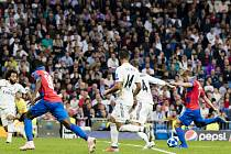Patrik Hrošovský napřahuje ke střele v utkání proti Realu v Madridu na podzim 2018.