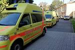 Vozy záchranné služby u základní školy v Chotěšově