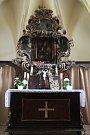 Oltář, který čeká restaurování.